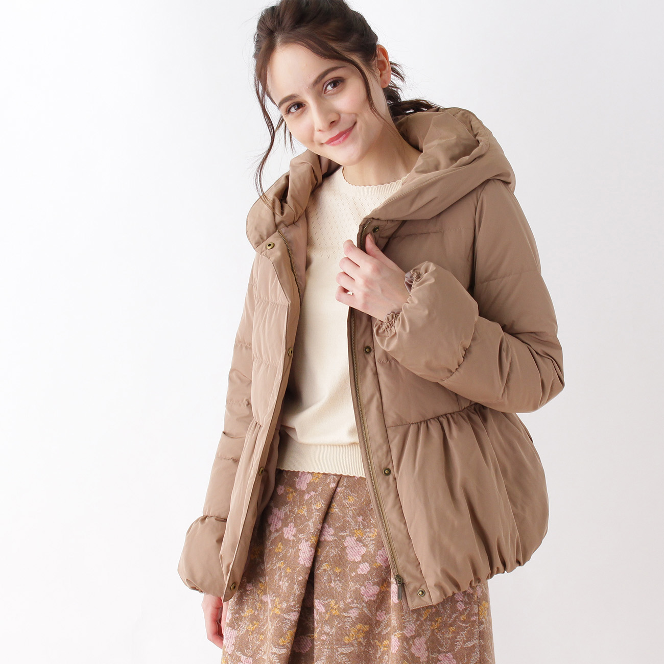 【Couture brooch (クチュールブローチ)】【WEB限定サイズ(S)】ギャザーショートダウンコートレディース コート|ダウン・中綿コート ベージュ系