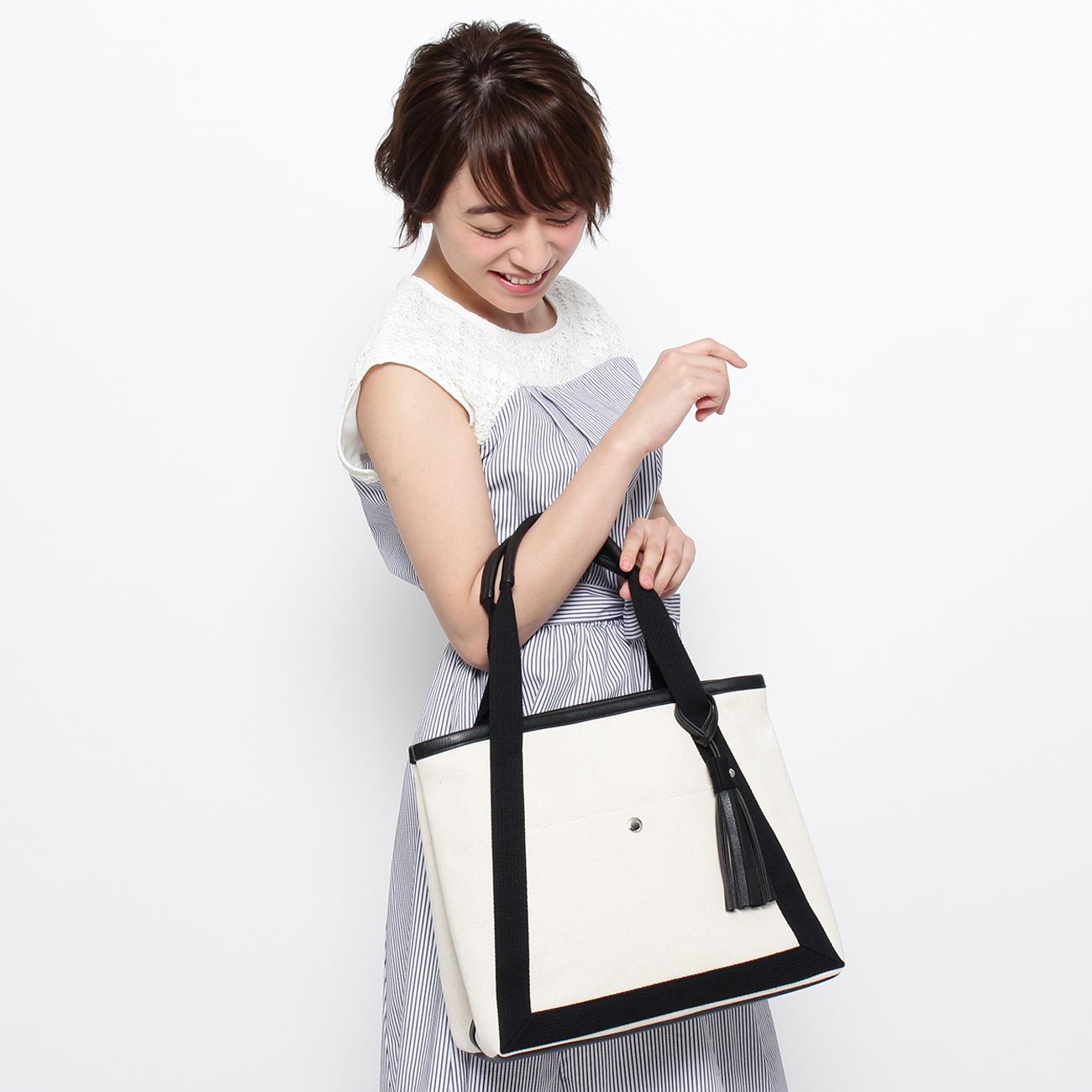 【THE EMPORIUM (ジエンポリアム)】キャンバス×合皮 タッセルトートレディース バッグ|トートバッグ ホワイト